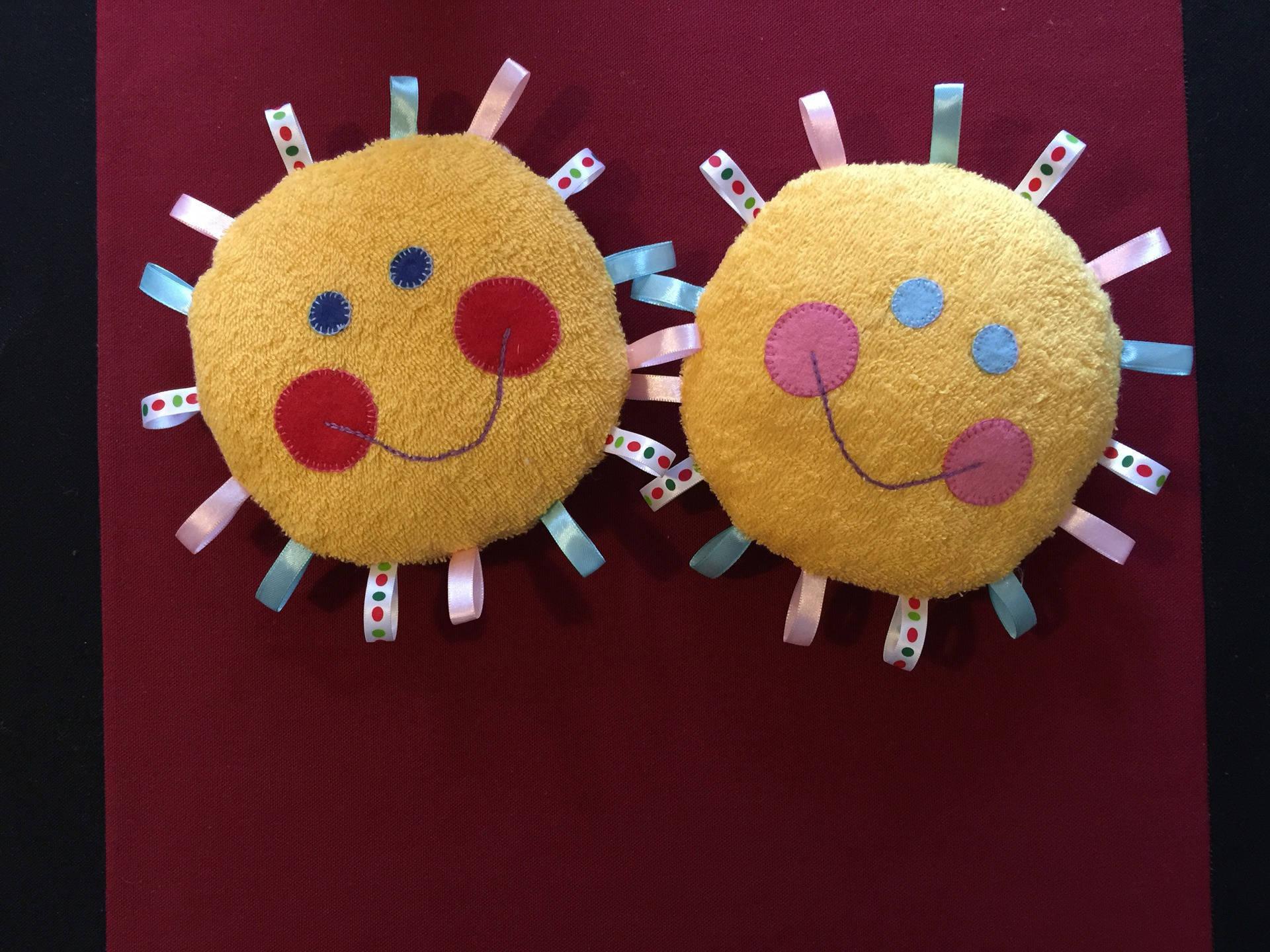 Hochet doudou soleil eponge jaune rubans multicolores