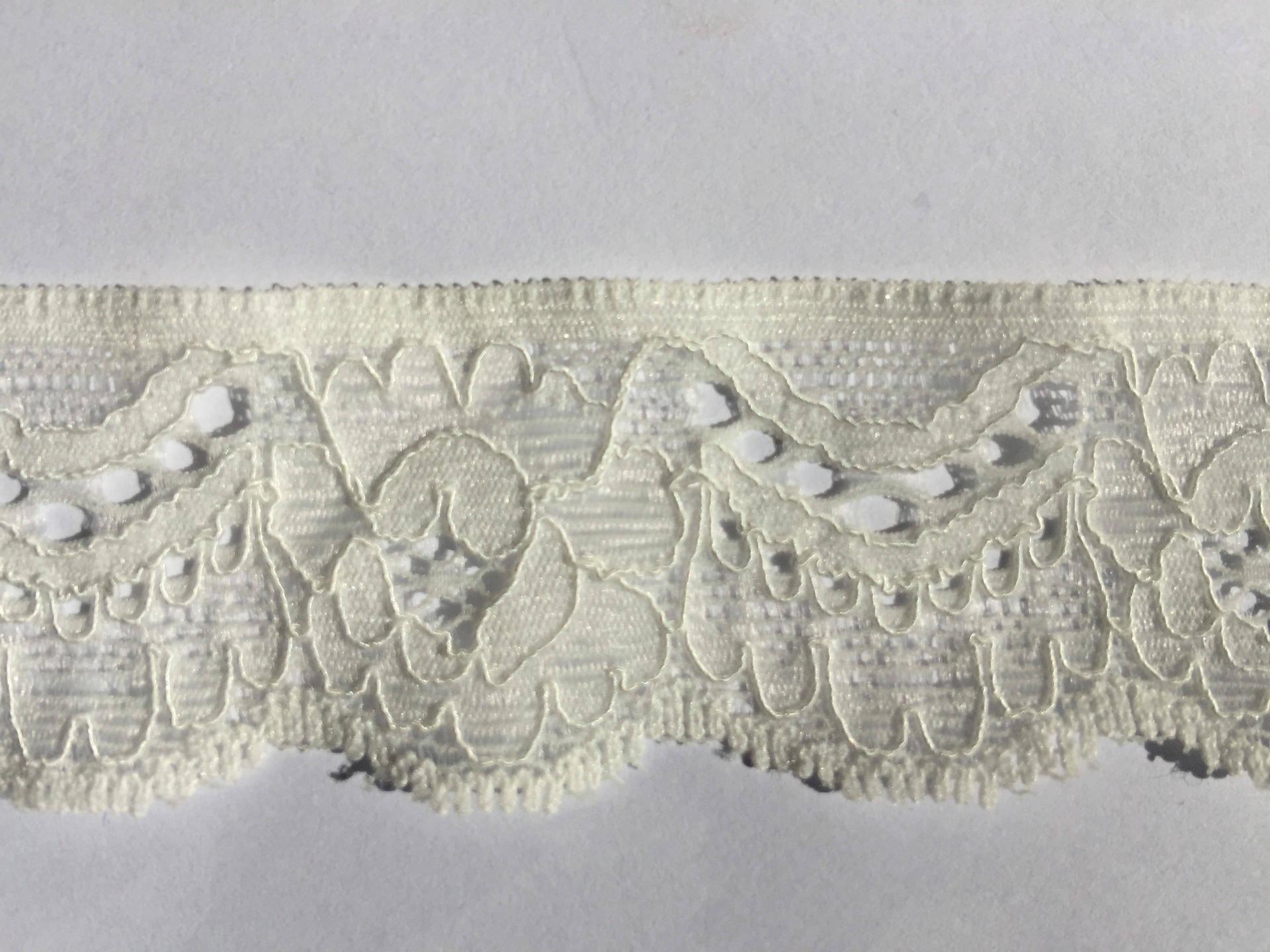 Dentelle de Calais élastique blanche écrue ancienne de haute qualité motif floral 3 cm