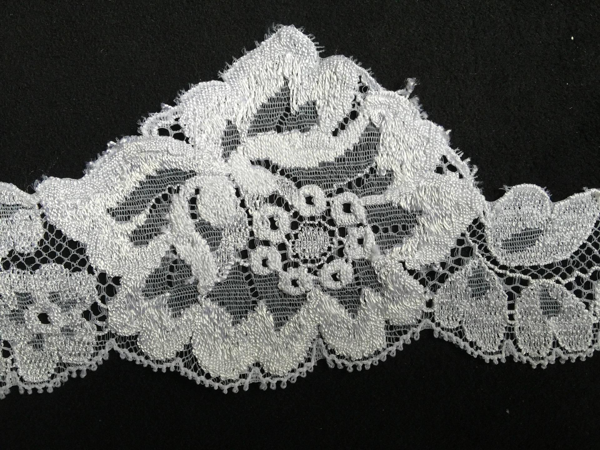 Dentelle de Calais de haute qualité blanche motif floral largeur 6,5 cm