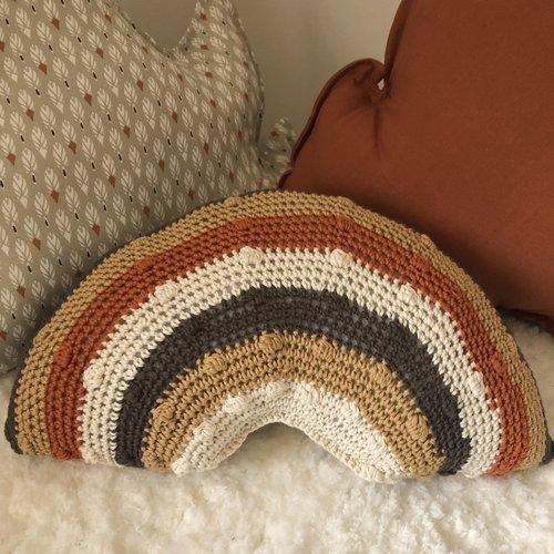 Coussin arc en ciel au crochet / décoration chambre enfant / coussin en laine / arc en ciel au crochet