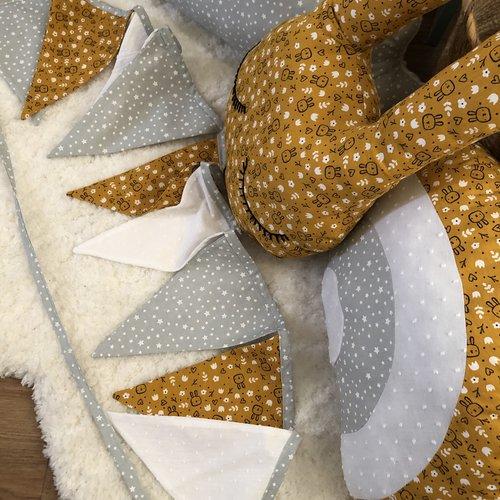 Guirlande de fanions / décoration chambre enfant / tissu imprimé lapins, fleurs et étoiles  / guirlande de fanions moutarde, gris