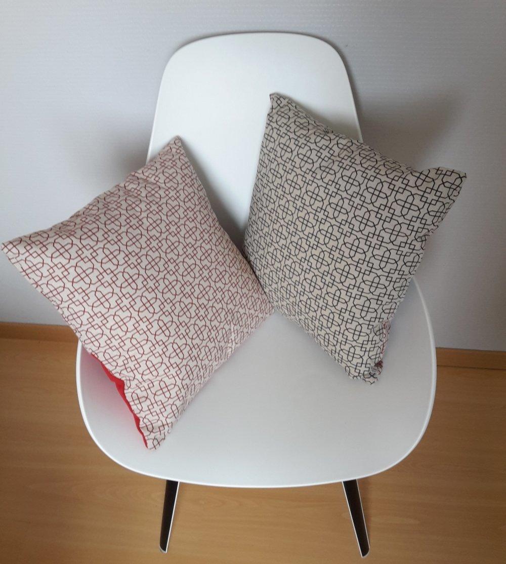 Housse de coussin aux motifs géométriques rouges sur fond couleur lin