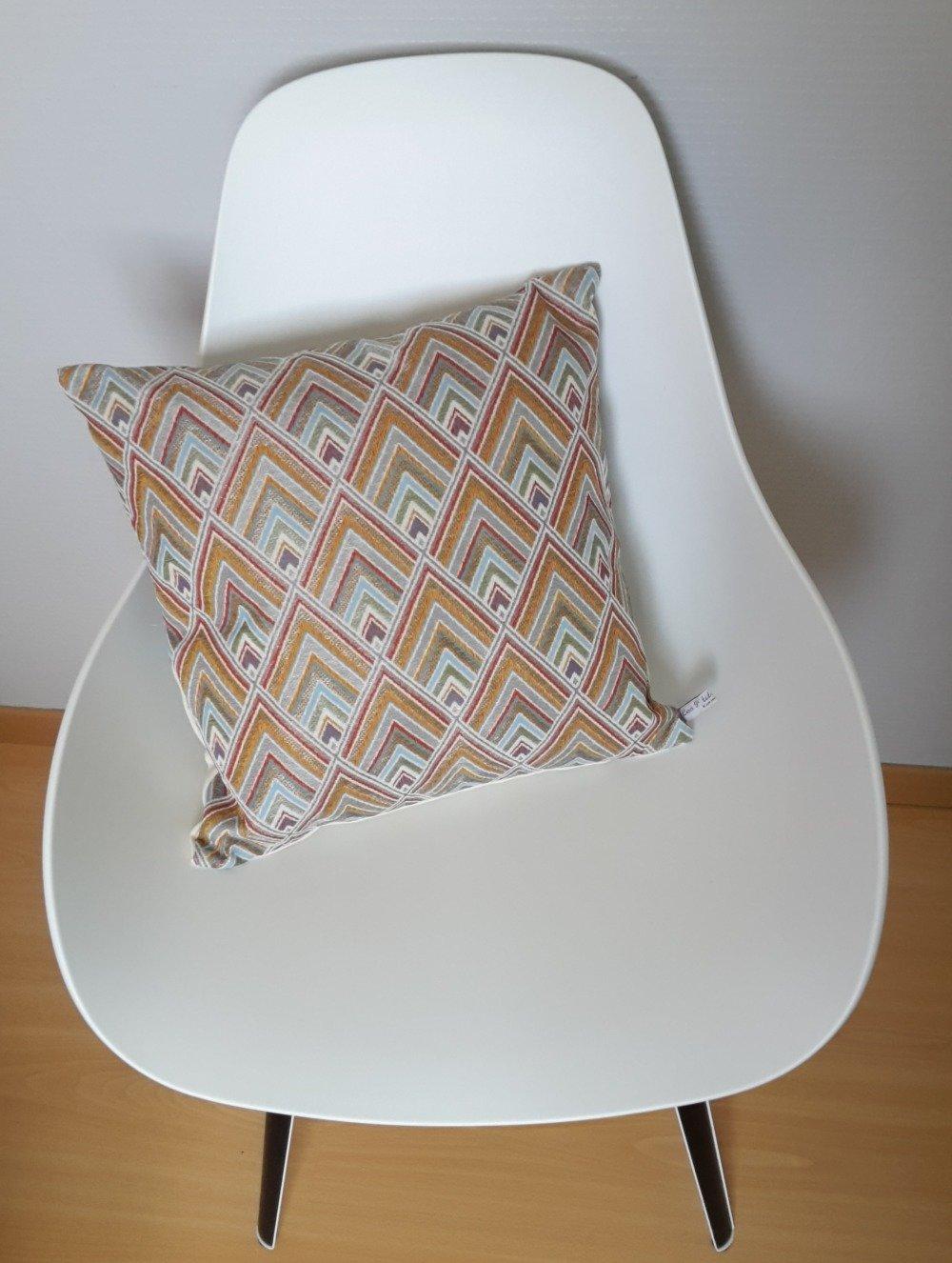Housse de coussin aux motifs géométriques de losanges multicolores avec touche dorée