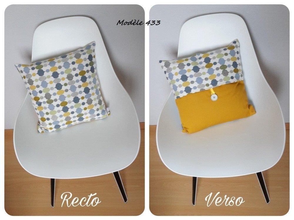 Housse de coussin aux motifs géométriques en jaune moutarde, gris et bleu au style scandinave
