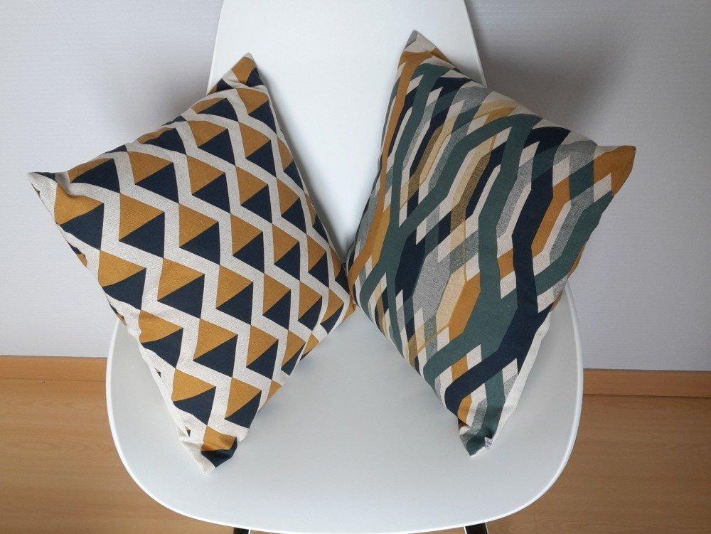 Housse de coussin aux motifs géométriques de triangle en jaune moutarde et bleu marine