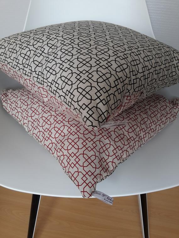 Housse de coussin aux motifs géométriques chics en rouge et noir sur fond couleur lin