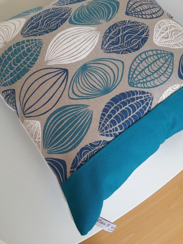 Couleur Taupe Et Bleu Canard housse de coussin aux motifs géométriques en bleu, bleu canard et blanc sur  fond couleur taupe