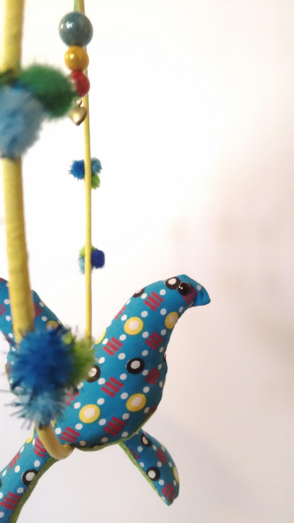 Suspension / mobile avec deux oiseaux en tissu bleu et vert