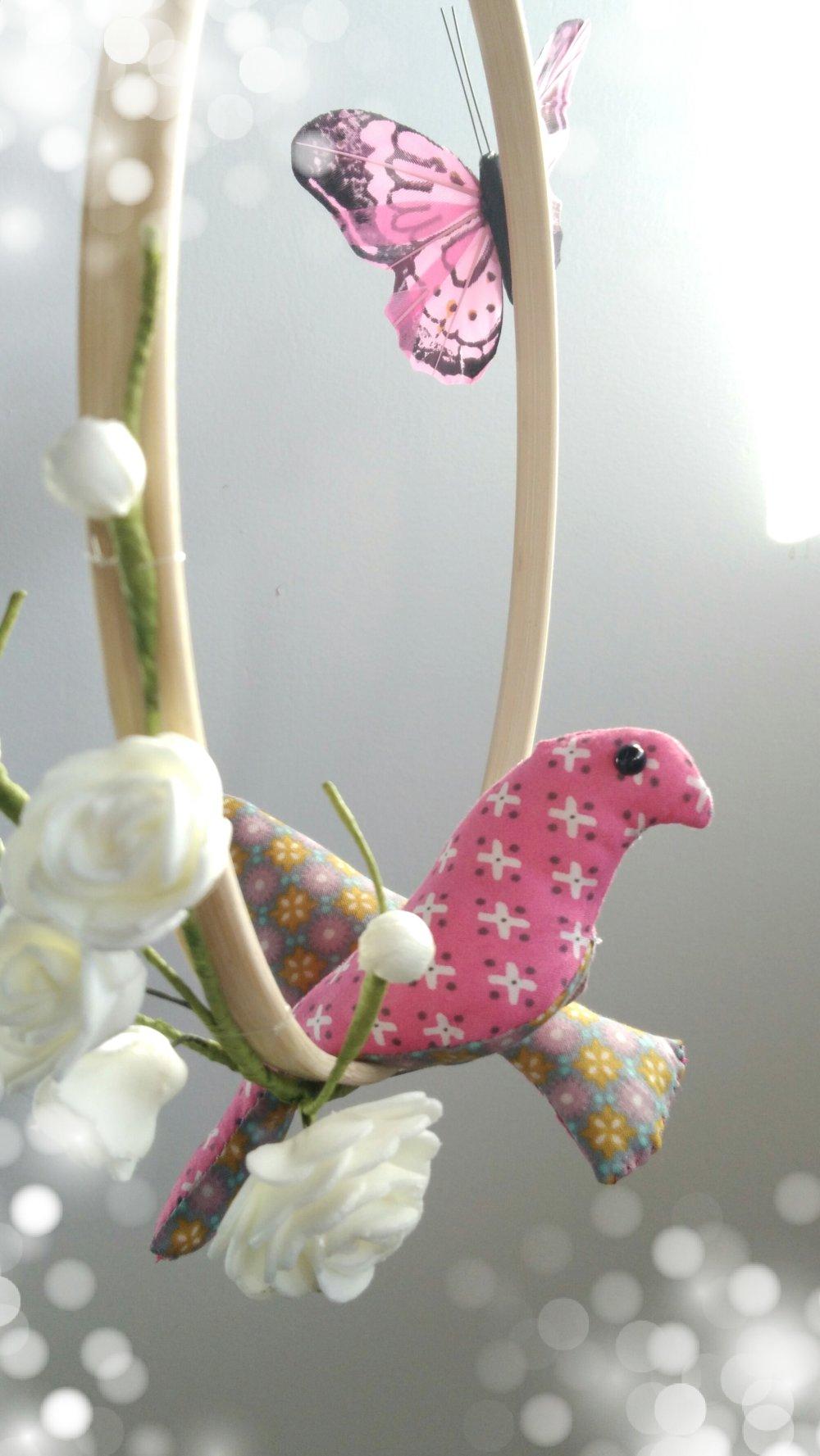Suspension / mobile en bambou avec deux oiseaux en tissu