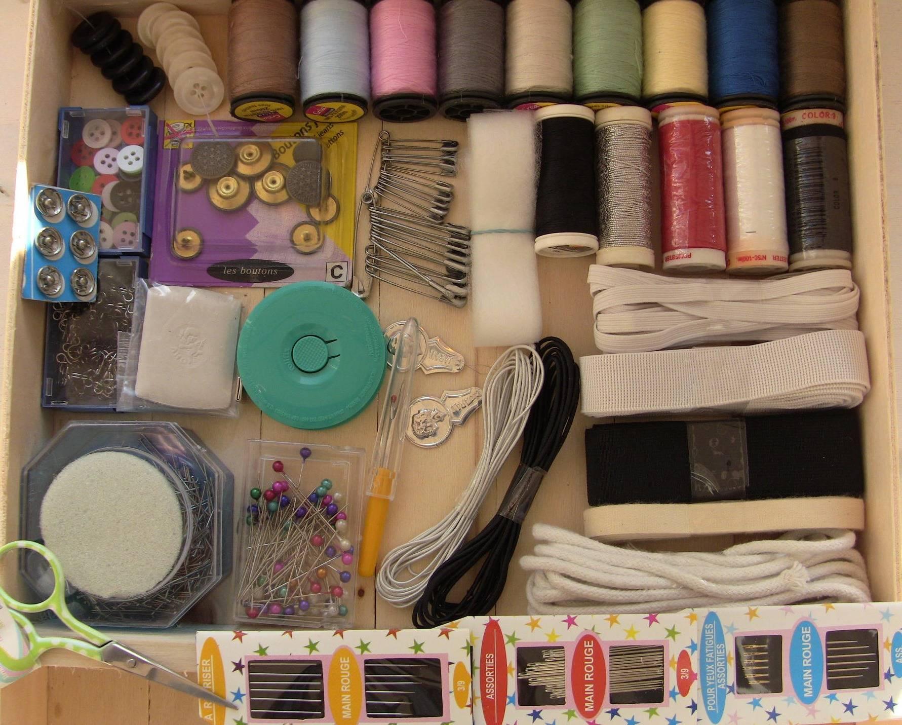 Boite a couture en bois et tissu décoré garnie prete a l'emploi, boite de rangement