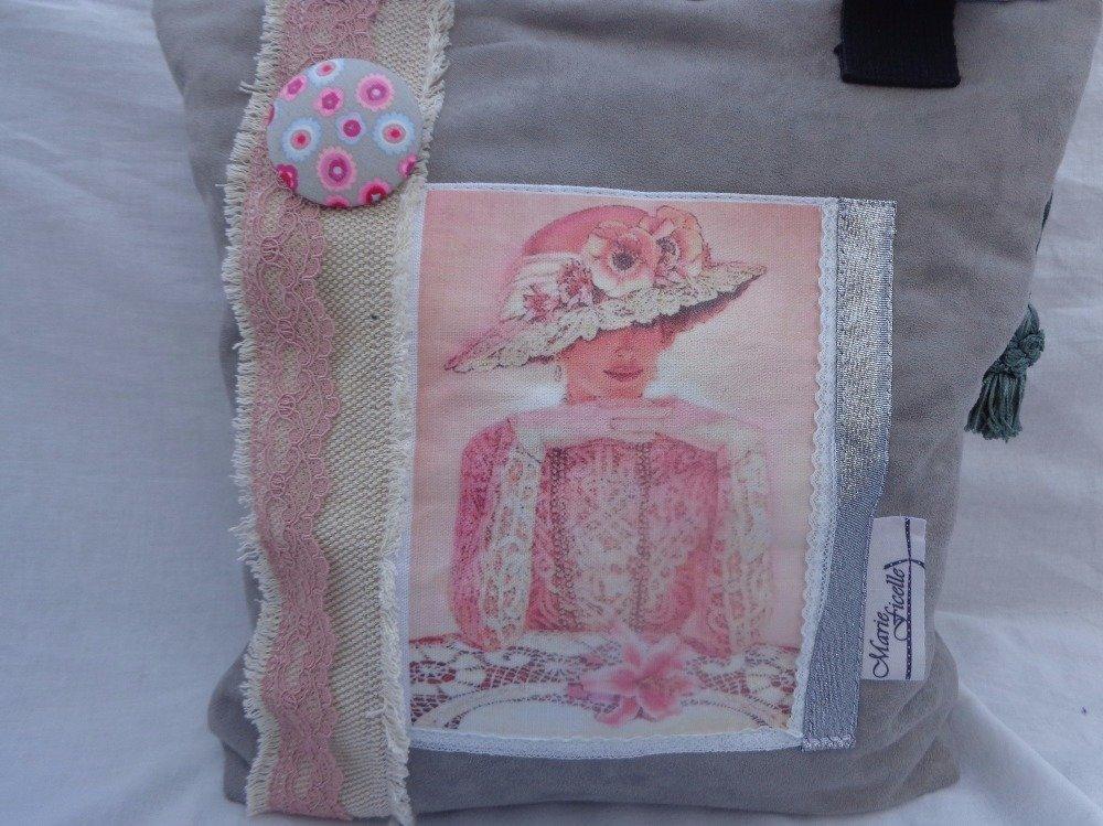 sac à main suedine gris portrait de femme