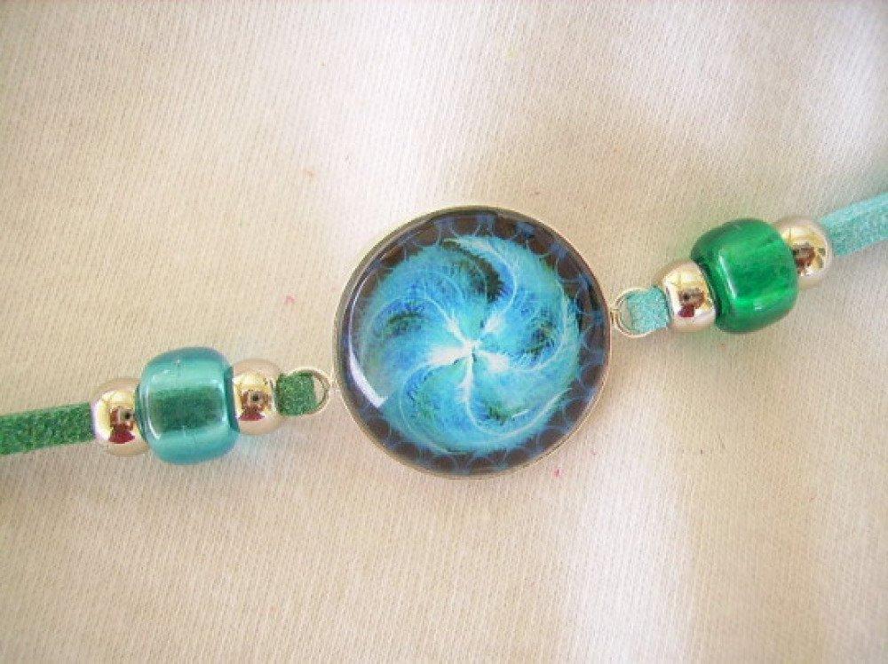 Bracelet,cabochon rond verre,motif spirale,vert et bleu,perle,cordon faux suédine,métal argenté.