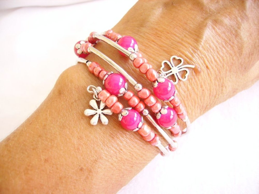 Bracelet manchette,rose,fils mémoire de forme,perle,pompon,breloque
