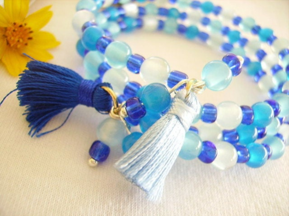 Bracelet manchette,bleu,fils mémoire de forme,perle,pompon