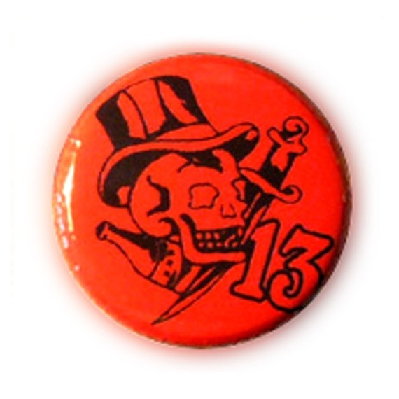 Badge SKULL 13 TATTOO Noir fond ROUGE Kustom vintage rockabilly Ø25mm