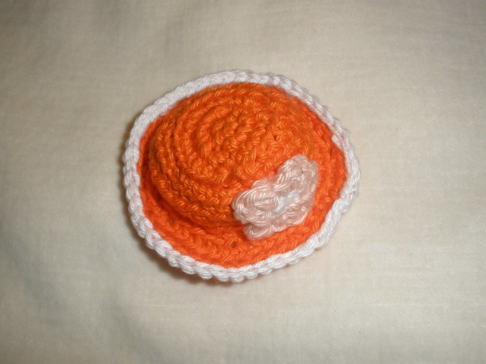 Chapeau miniature poupée au crochet