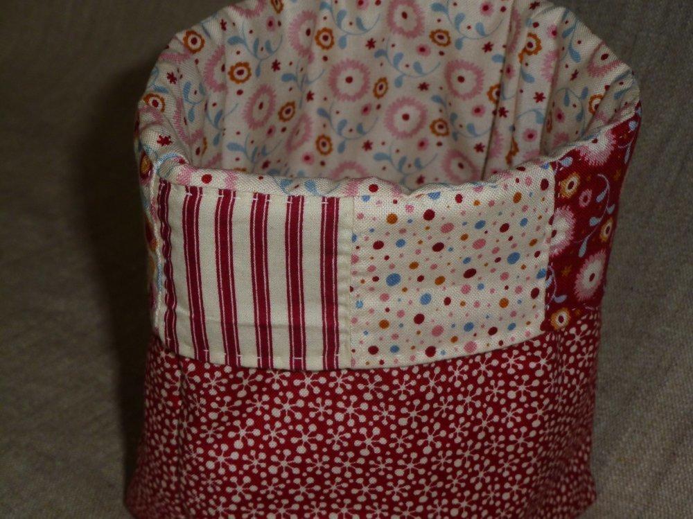 Vide-poches tissus assortis rouges pour ranger les petites affaires de bébé