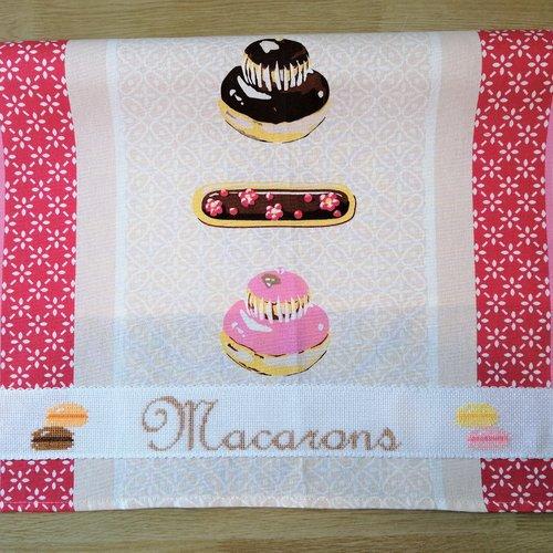 """Torchon de cuisine en tissu à motif """"gâteaux"""" brodé au point de croix, """"macarons"""", gourmandise, religieuse,  éclair au chocolat"""