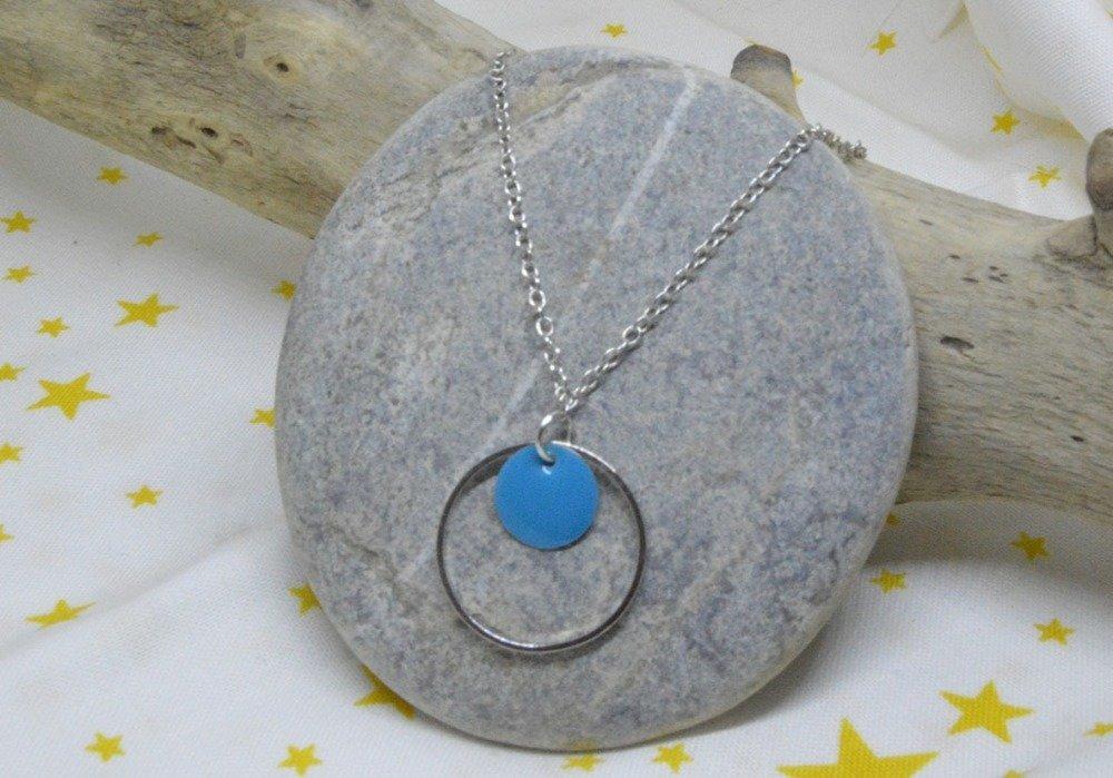 Collier maille et pendentif anneau et sequin émaillé bleu