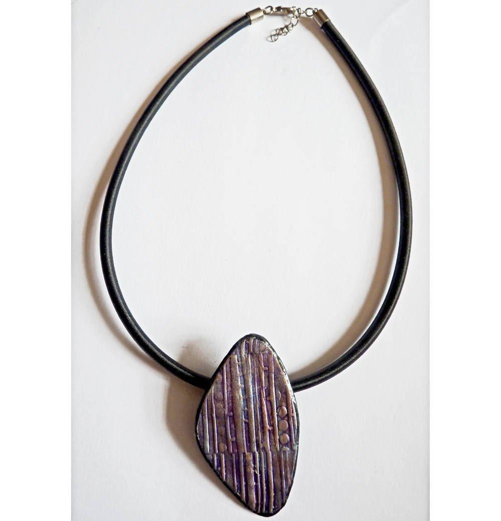 Collier avec pendentif en pâte polymère gris métallisé violet et bleu