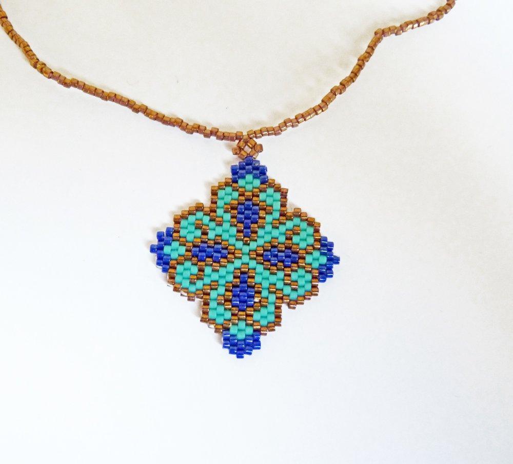 Collier fin en perles miuki tissées fleur geométrique turquoise, bleu et bronze clair