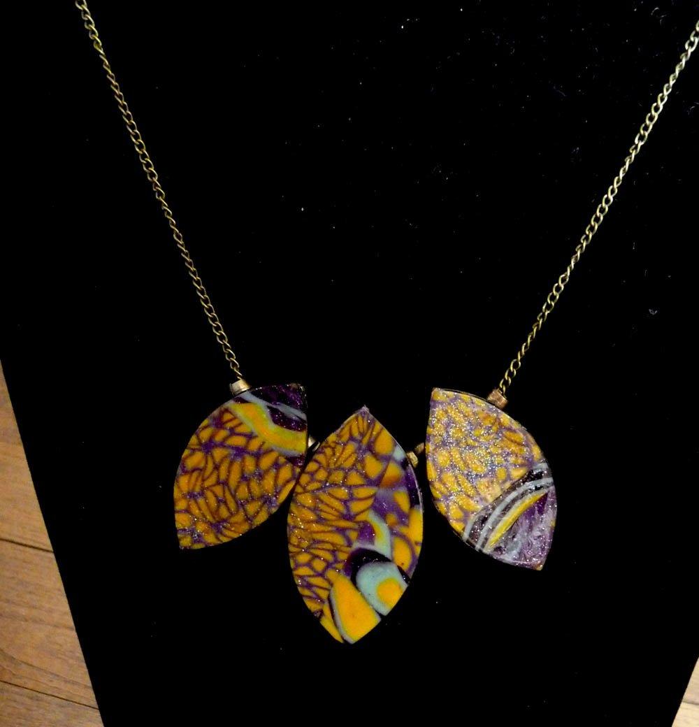 Collier en pâte polymère motifs jaunes, violets, et turquoise