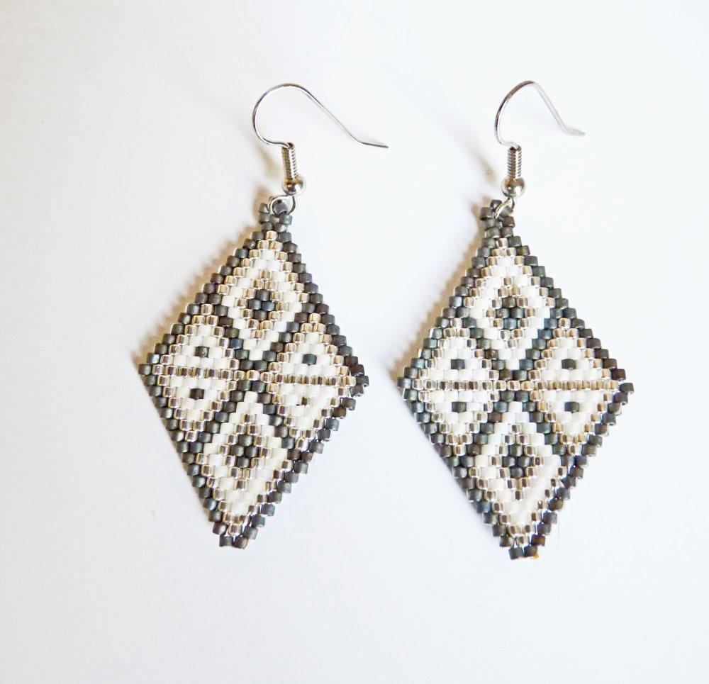 Boucles d'oreilles en perles miuki tissées géometrie argent, blanc et noir