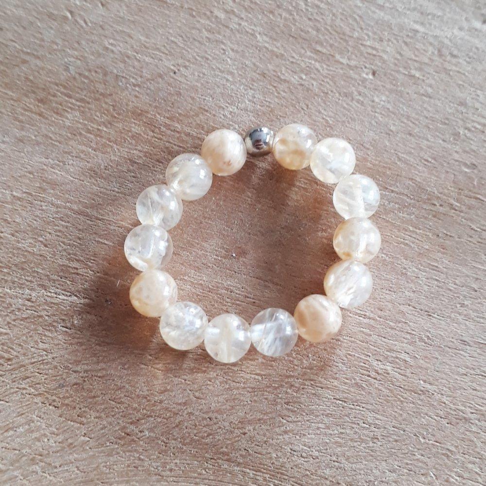 bague en pierres naturelles en pierre de lave, perles en argenté montées sur un fil élastique très résistant.