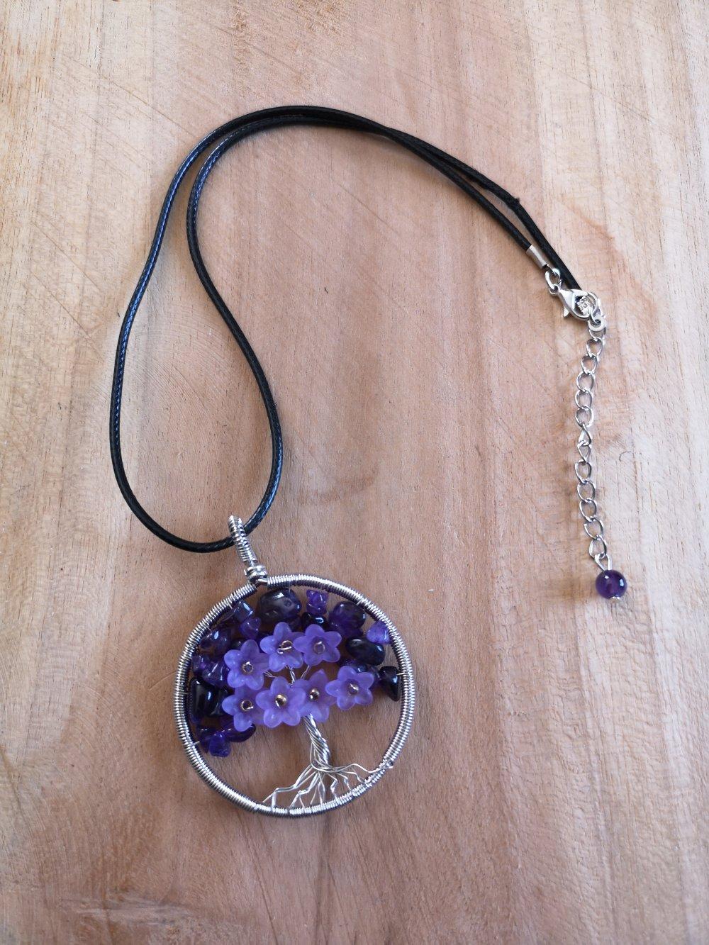 """collier, pendentif arbre de vie,en pierre naturelle, en """"améthyste"""" et fleurs sur cordon noir"""