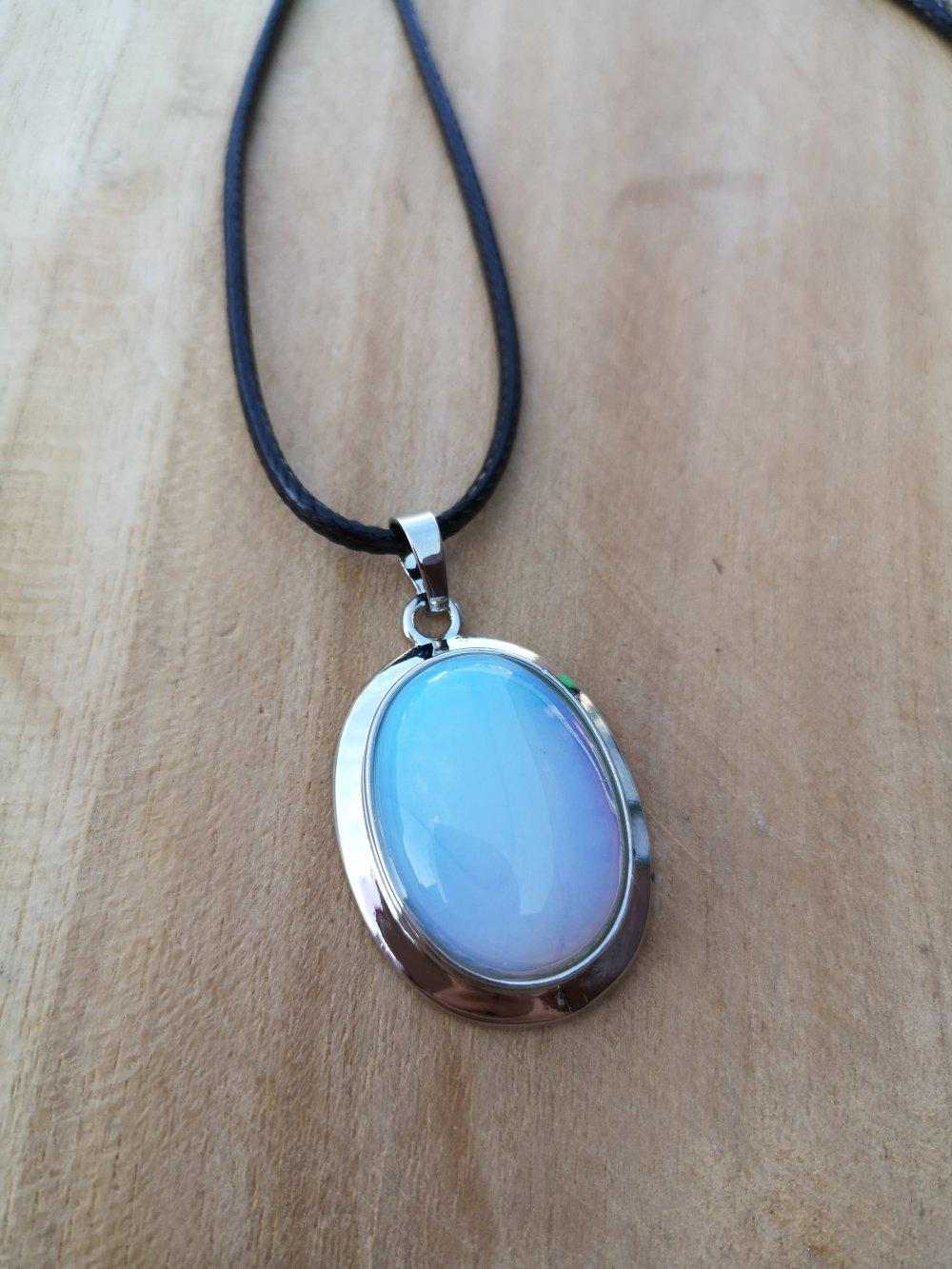 """collier, pendentif cabochon ovale en pierre naturelle, en """"pierre de lune"""" sur cordon noir"""