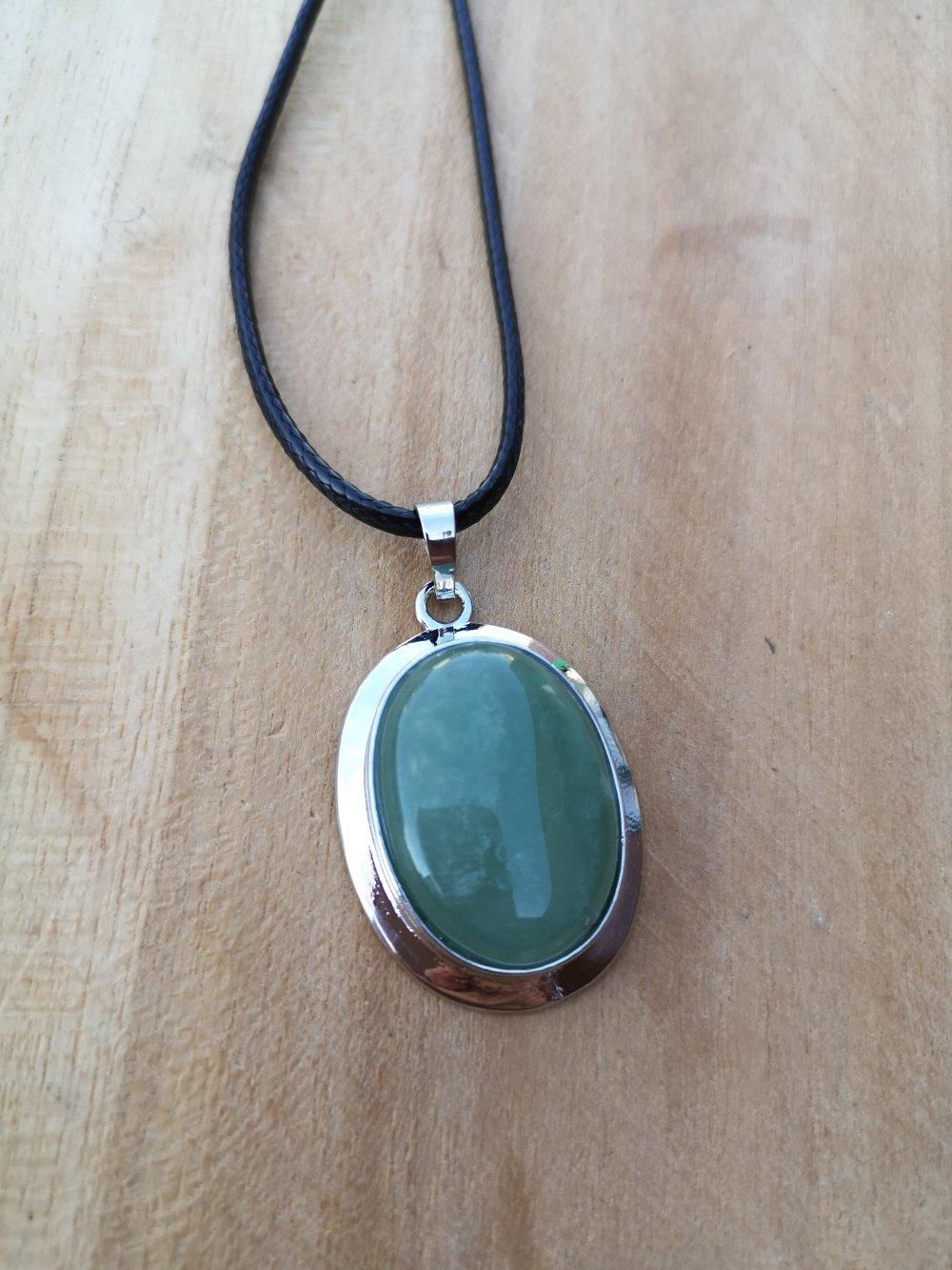 """collier, pendentif cabochon ovale en pierre naturelle, en """"aventurine"""" sur cordon noir"""