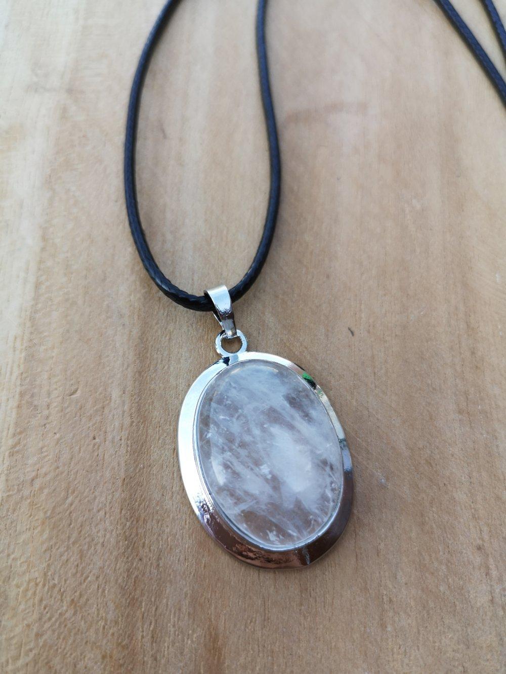 """collier, pendentif cabochon ovale en pierre naturelle, en """"cristal de roche"""" sur cordon noir"""