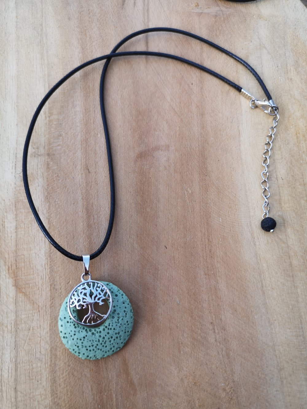 """collier, pendentif donut arbre de vie,en pierre naturelle, en """"pierre de lave"""" sur cordon noir"""