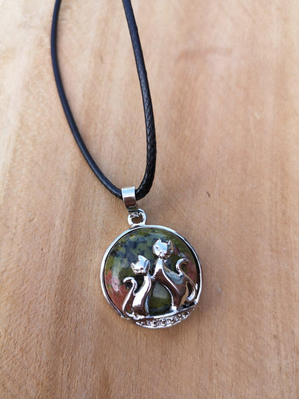 """collier, pendentif chats en pierre naturelle, en """"unakite"""" sur cordon noir"""