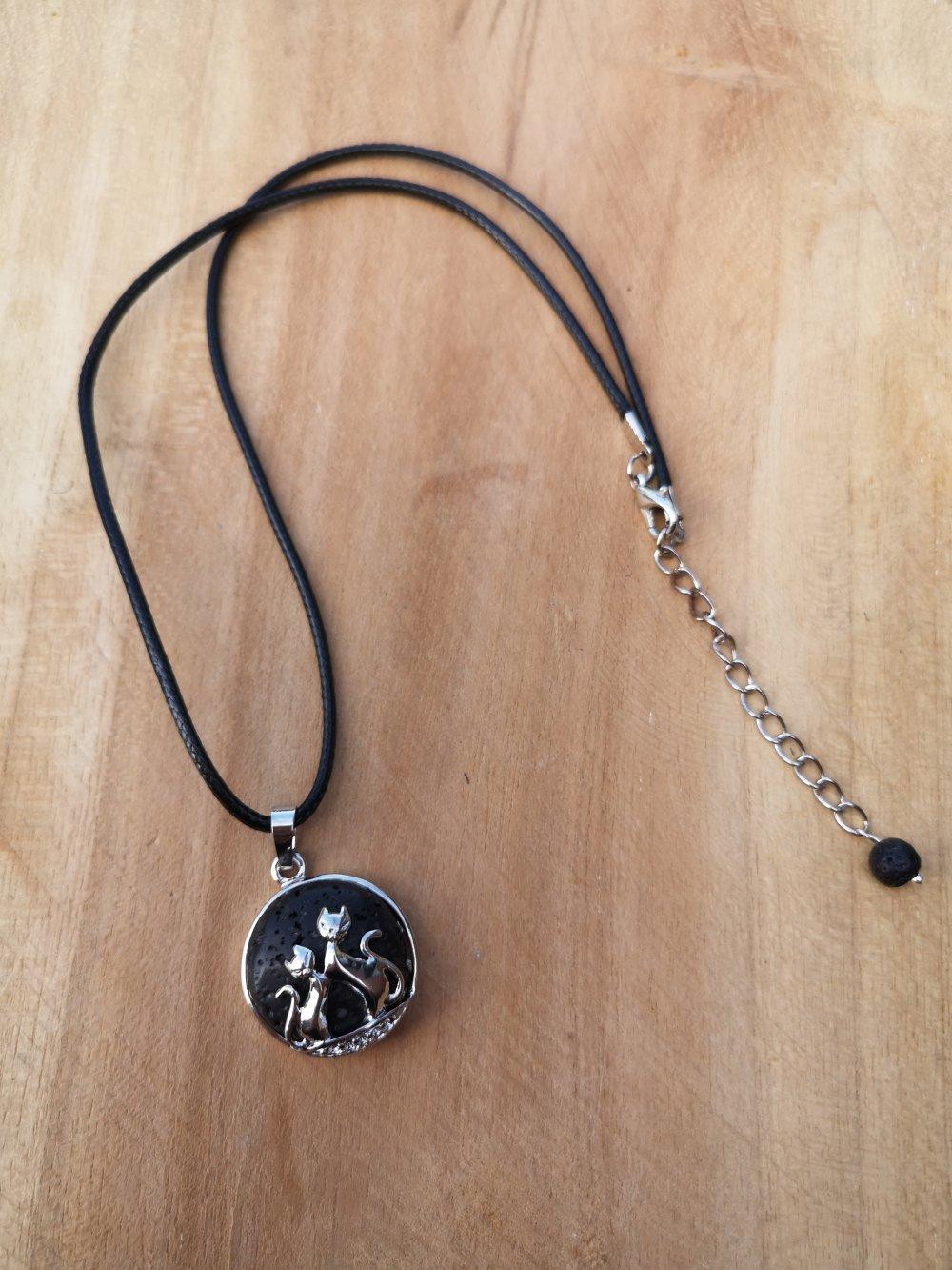 """collier, pendentif chats, en pierre naturelle, en """"pierre de lave"""" sur cordon noir"""