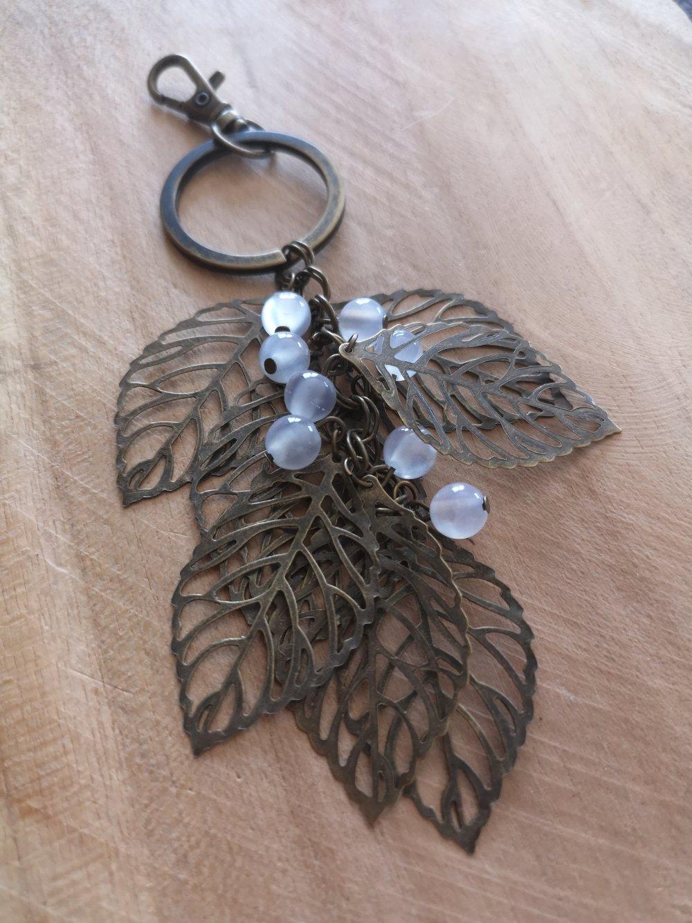 bijoux de sac/ Porte clés thème feuilles bronze et perles oeil de chat blanc