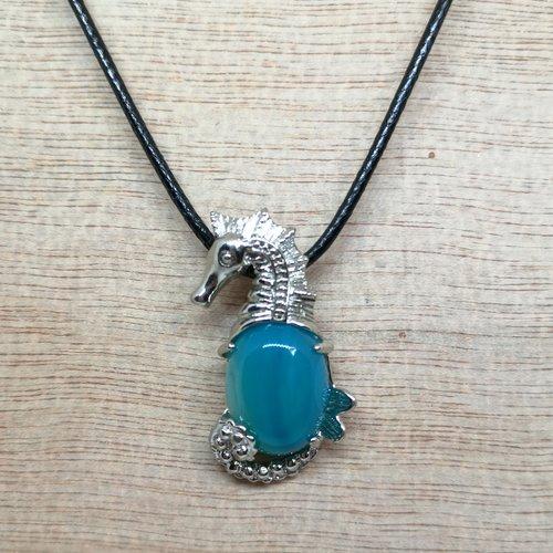 Collier, pendentif hippocampe en agate, en pierres naturelles