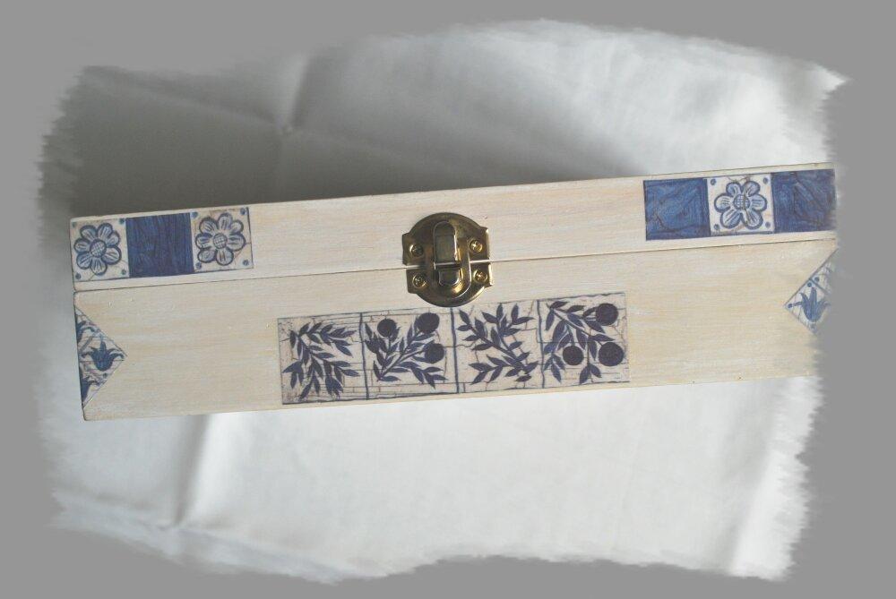 boite bois beige, motifs bleus