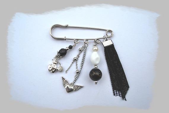 broche perles, breloques et ruban noir et blanc