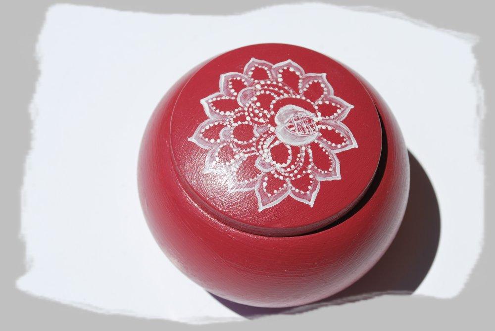petite boite ronde rose foncé, décor à la peinture blanche