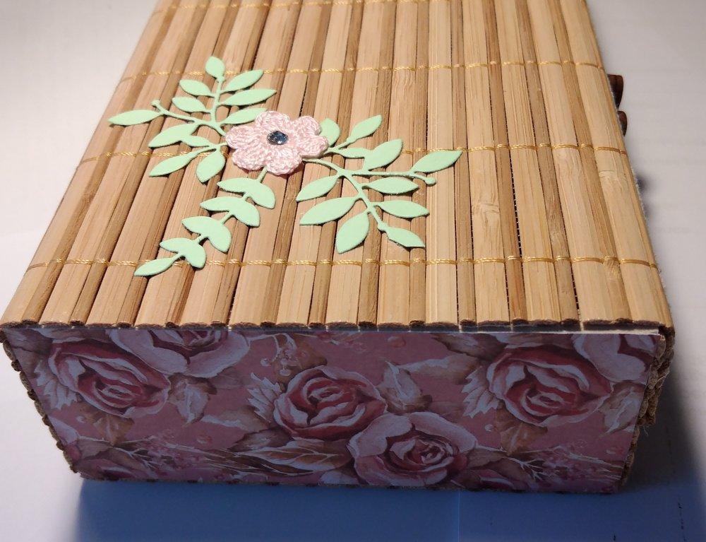coffret souple, roseau naturel et décorations fleuries