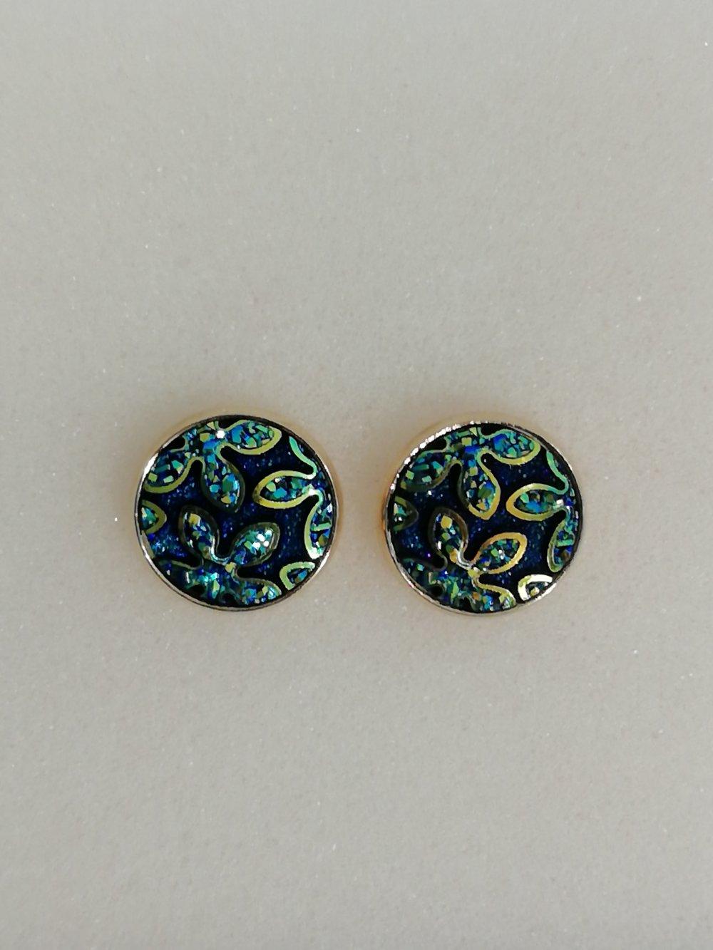 Boucles d'oreilles : cabochon aux tons noir, bleu, vert et doré