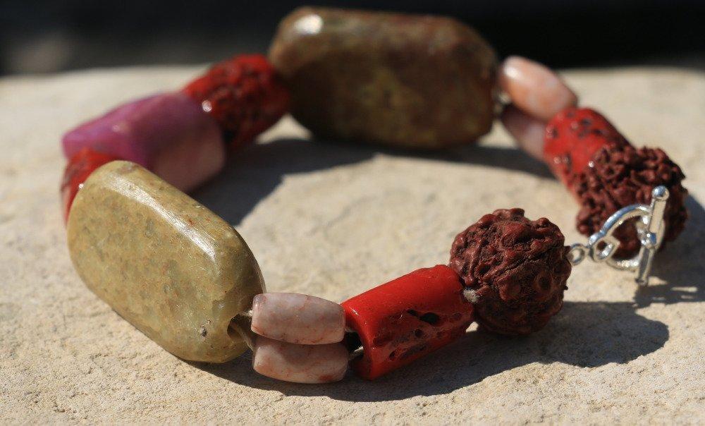 Bracelet en perles de pierre, perles végétales, perles de verre et os