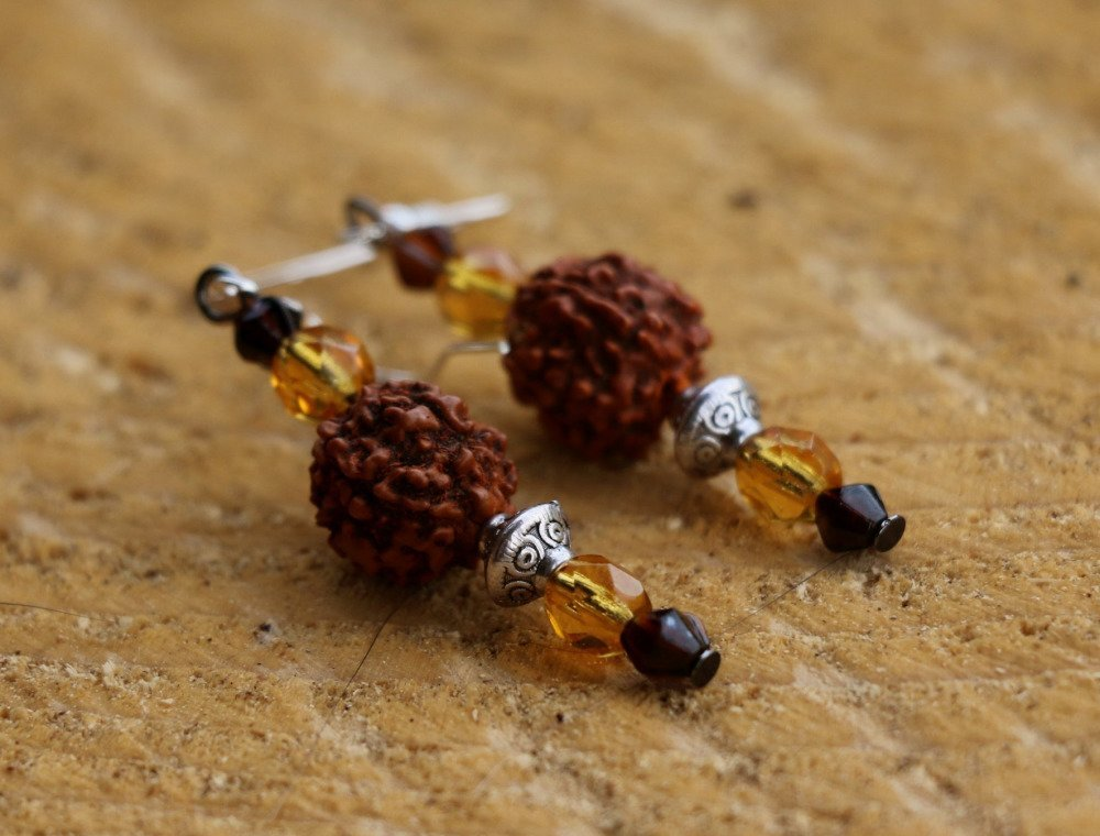 Boucles d'oreille en graine de Shiva et perles de verre