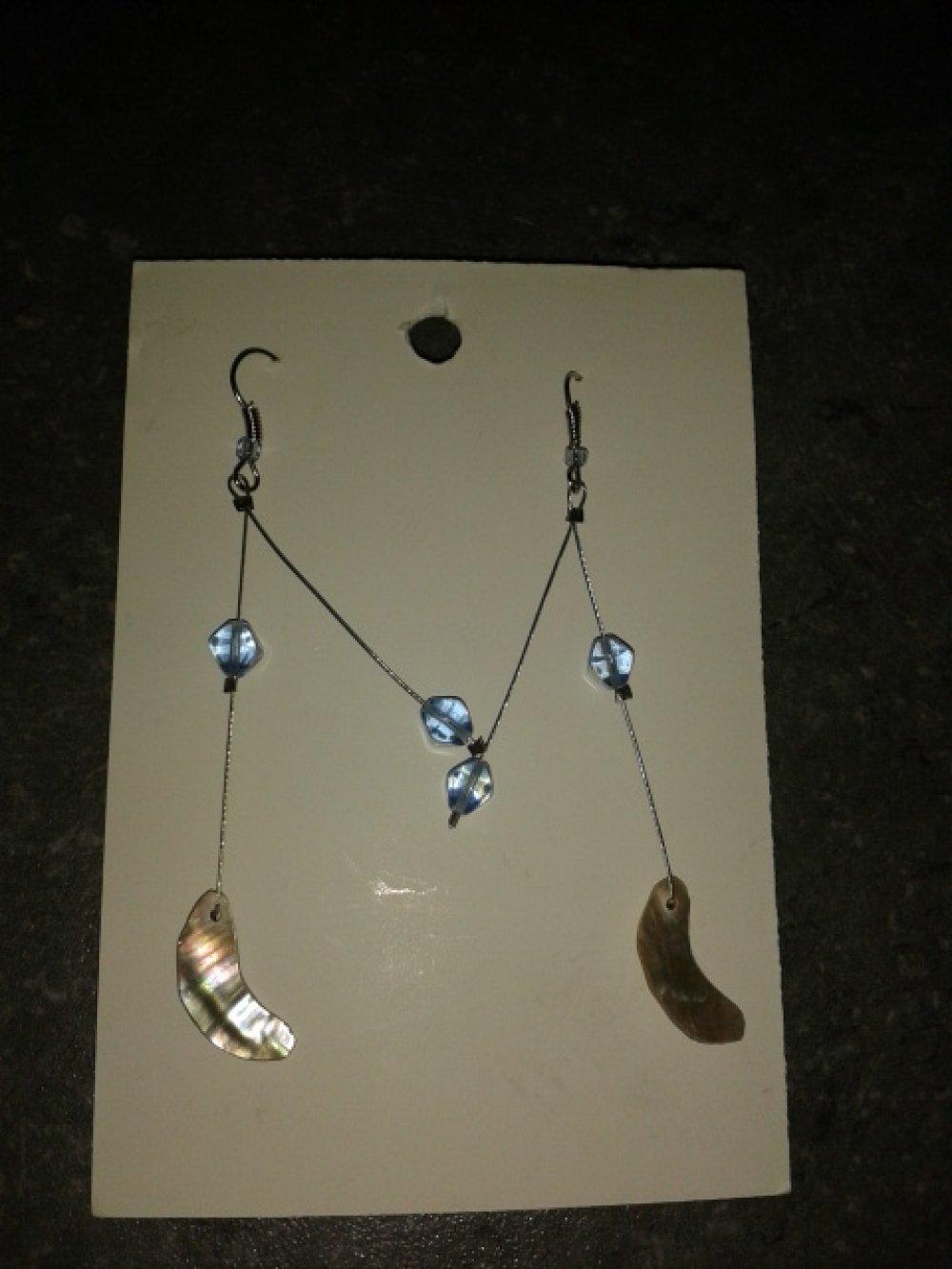 Boucle d'oreille dormeuse Nacre Normande LUNE et perles de verre bleues