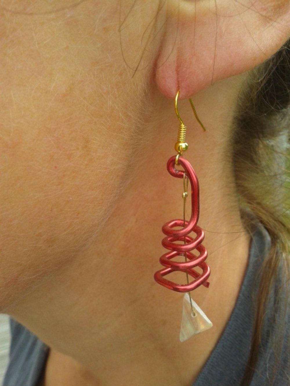 DORMEUSE ,Boucle d'oreille nacre Normande enchâssé dans un fil d'aluminium rouge