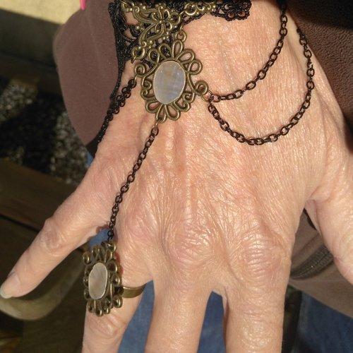 Bracelet manchette dentelle et nacres découpées dans mon atelier