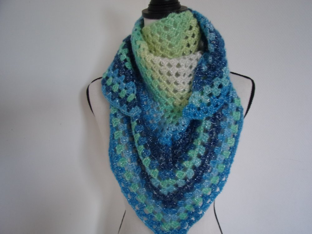 chèche ou châle bleu au crochet
