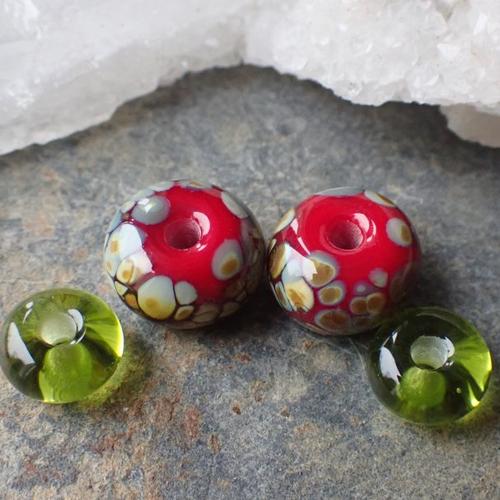 Duo de 2 perles filées au chalumeau dans mon atelier,coloris rouge avec éclats de verre beiges marrons en verre de murano