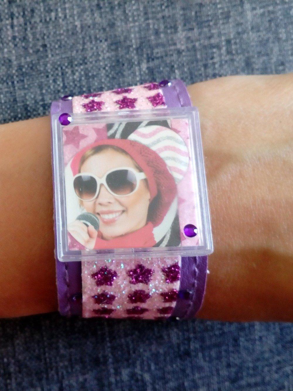 un bracelet large violet étoiles pailletées et strass personnalisable avec une photo au centre